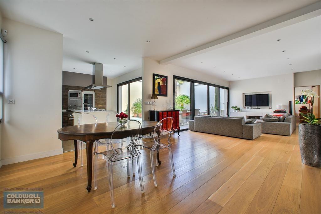 vente maison villa bordeaux le bouscat villa contemporaine de standing avec piscine coldwell. Black Bedroom Furniture Sets. Home Design Ideas