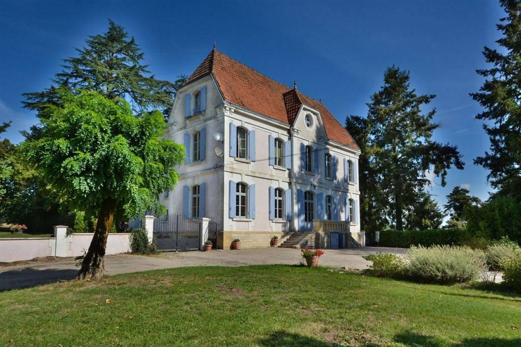 Proche Bergerac magnifique propriété avec un chateau du 19ème et une villa rénovée avec piscine