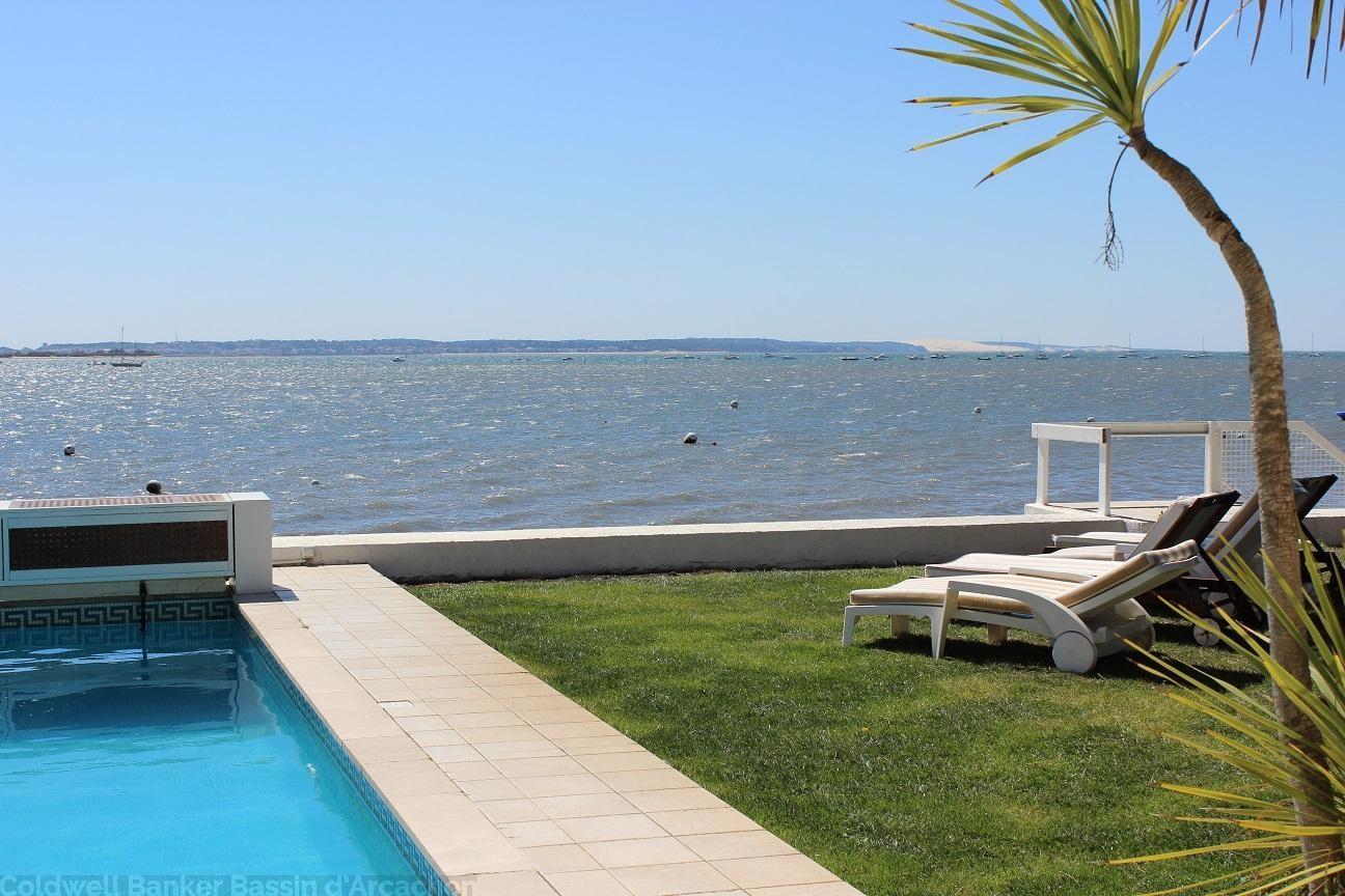Emplacement privilégié pour cette location de vacances sur le Bassin d'Arcachon vue mer et piscine chauffée sécurisee