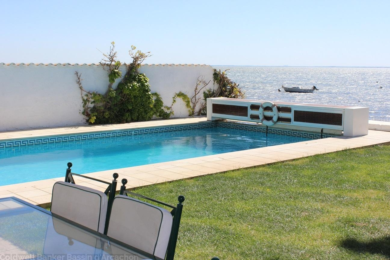 Emplacement exceptionnel pour cette villa à louer proche du Cap-Ferret vue bassin et piscine chauffée sécurisée