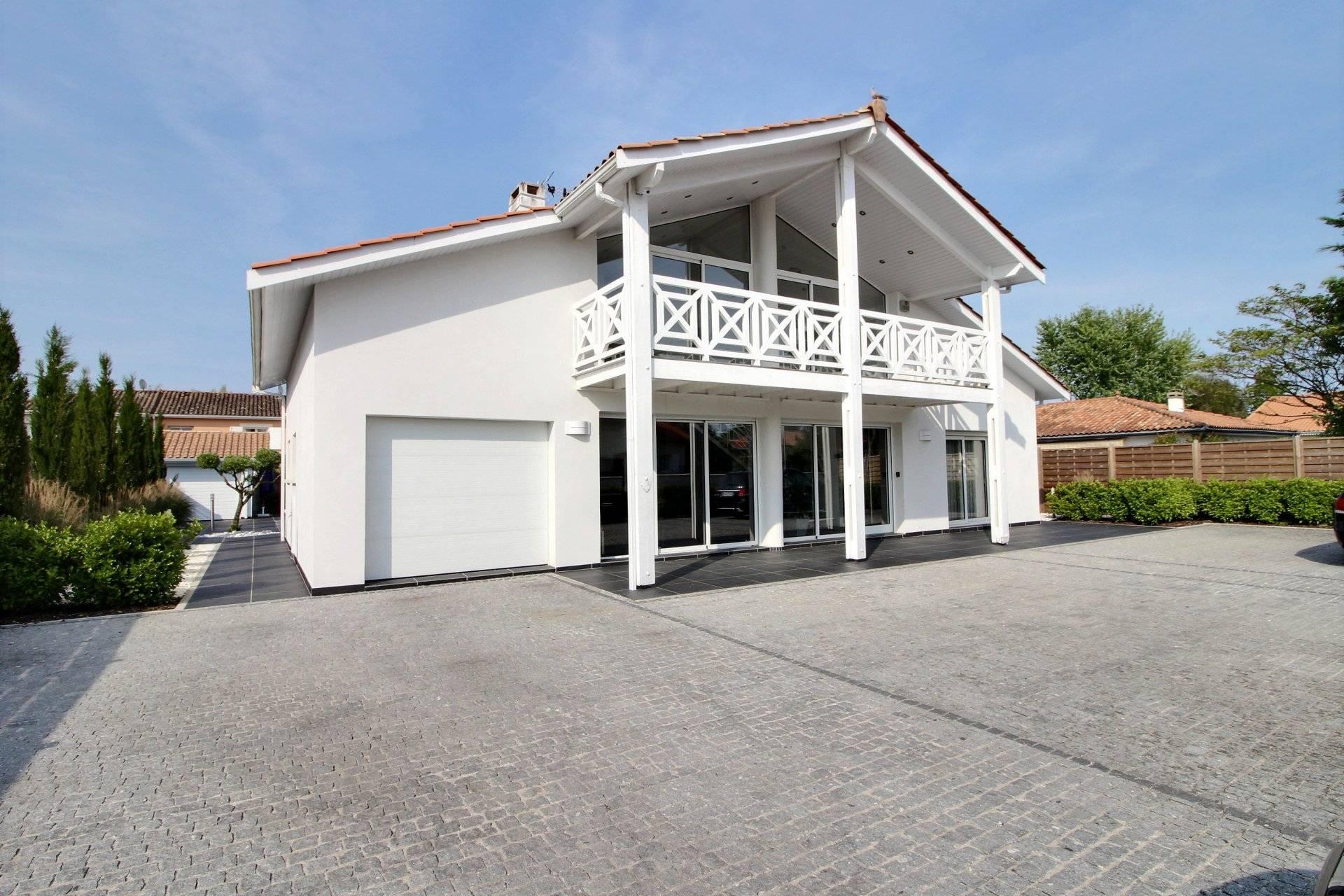 Maison contemporaine avec piscine a vendre proche bordeaux le haillan coldwell banker - Maison contemporaine bordeaux ...