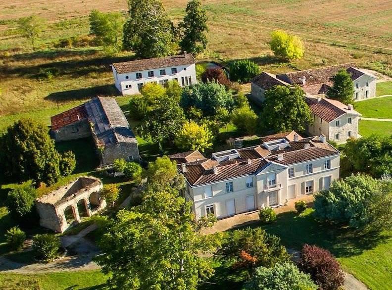 Château sur un domaine de 25 ha à vendre PROCHE BORDEAUX VERTHEUIL