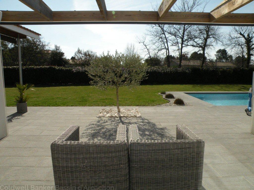 Villa contemporaine sur un grand terrain avec piscine chauffée à vendre PROCHE BORDEAUX LE BARP