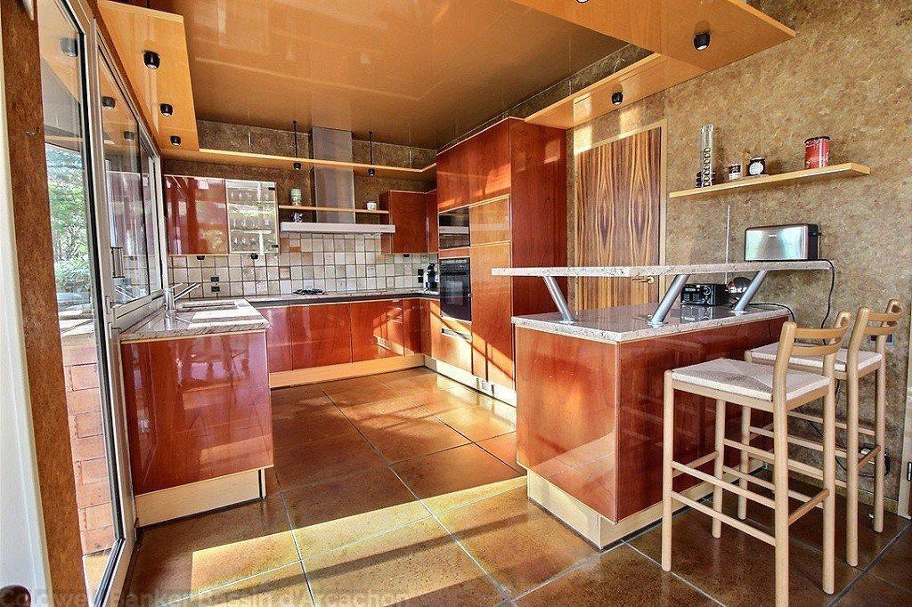 cuisine ouverte aménagée et équipée dans maison contemporaine à arcachon