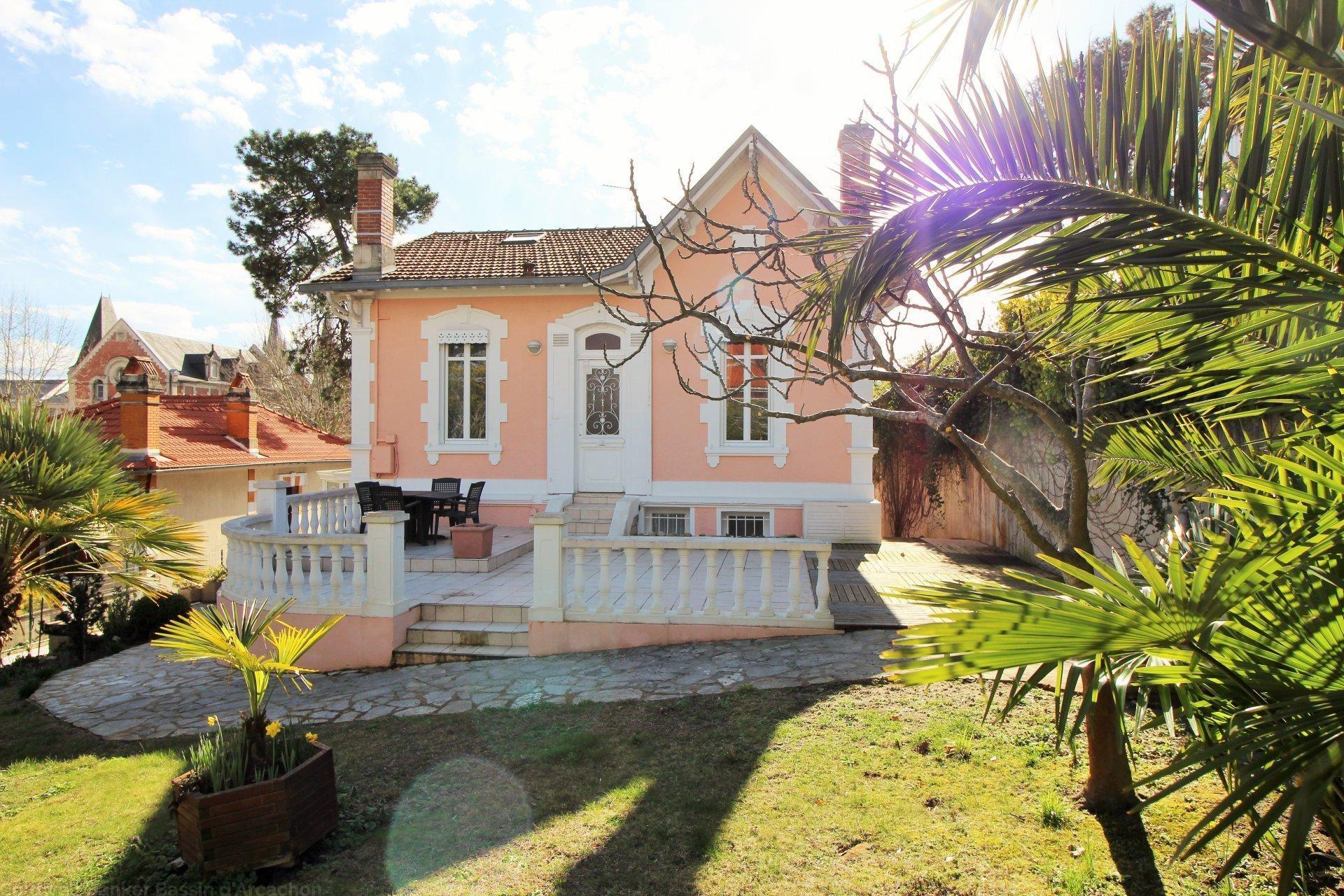 Villa historique arcachonnaise de 228 m2 habitables, située à Arcachon