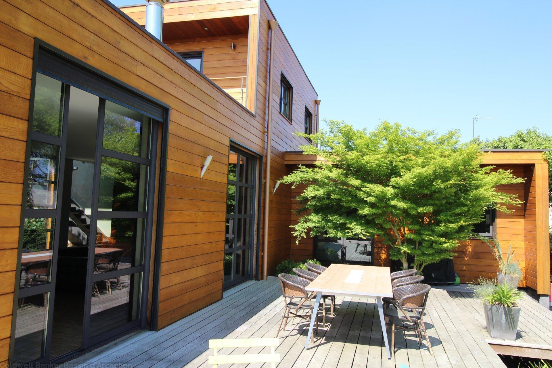 Superbe maison en bois avec piscine avec 5 chambres vendre proche bordeaux merignac coldwell for Construction maison en bois bordeaux