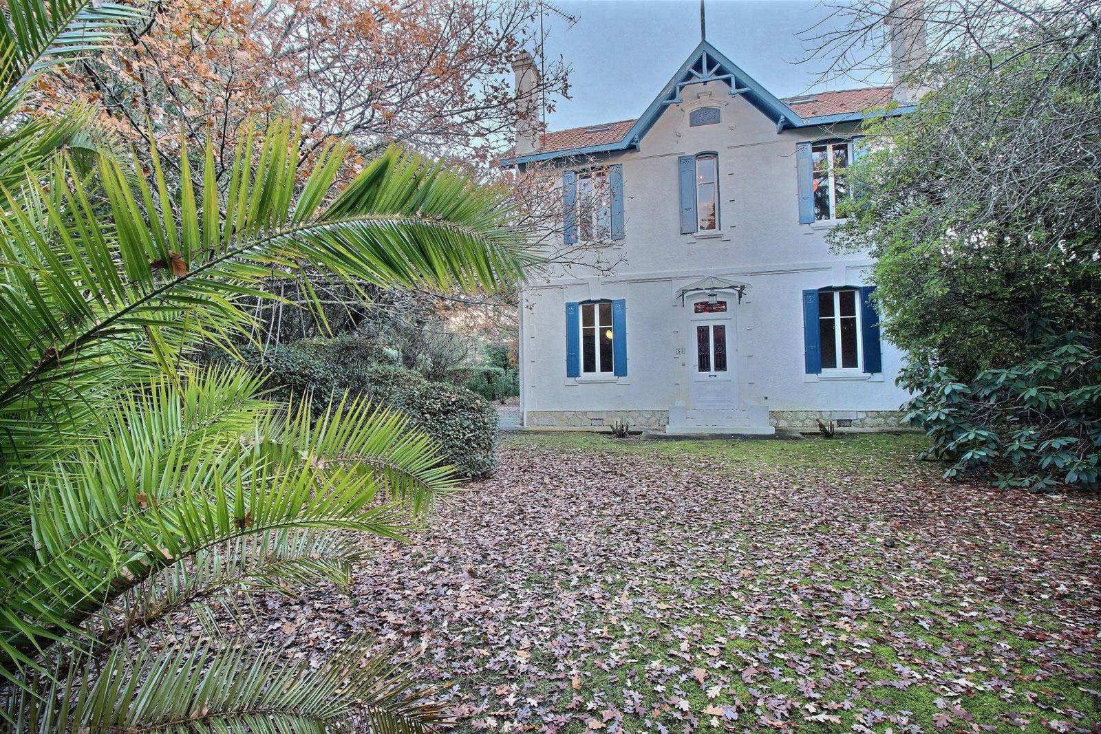 A vendre maison de prestige t6 avec piscine bordeaux for Maison en triangle