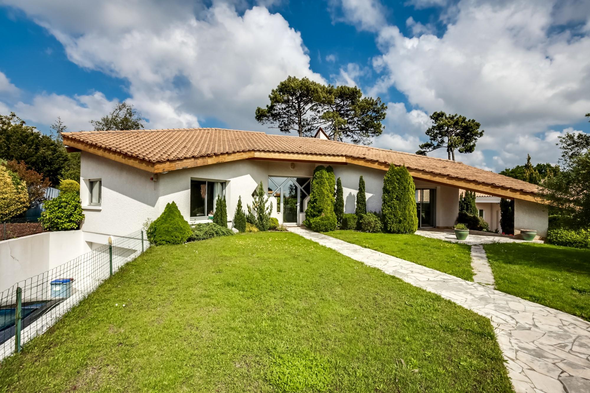 villa d 39 architecte avec terrain et piscine vendre pyla sur mer chapelle forestiere coldwell. Black Bedroom Furniture Sets. Home Design Ideas
