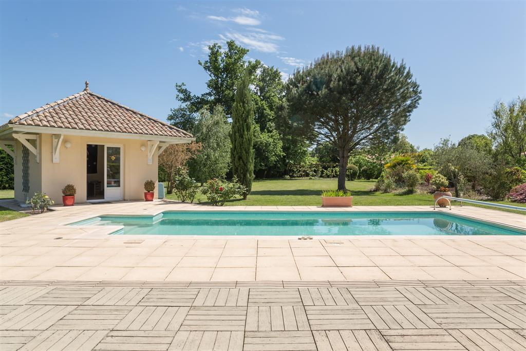 Vente maison villa bordeaux merignac eyquems propriete for Piscine a bordeaux