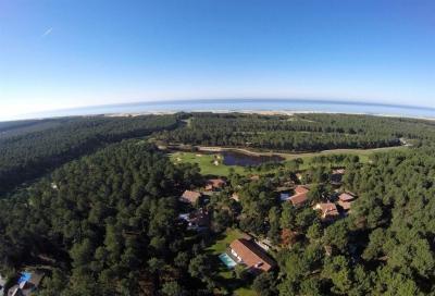 Villa d'architecte à vendre à Molliets et Maa sur la Côte Landaise avec piscine située sur le golf de