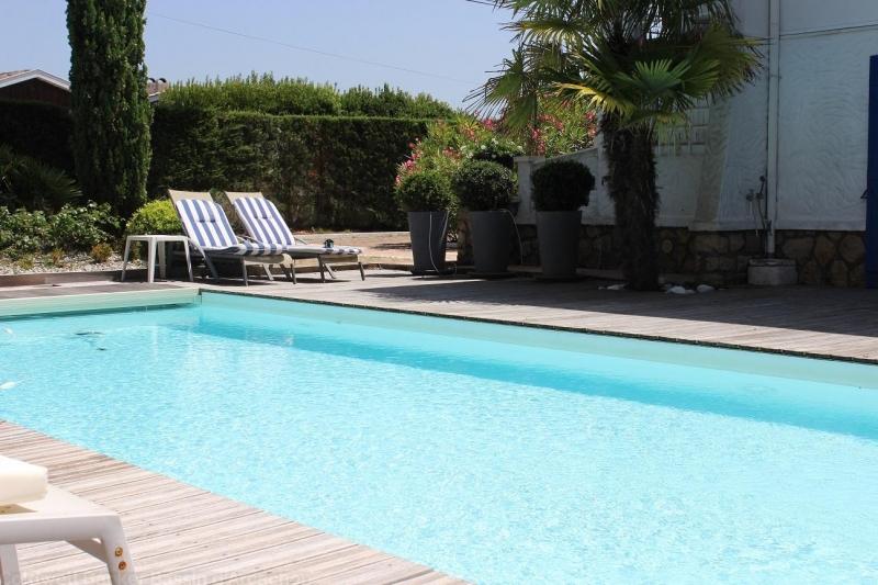 Centre villa proche plage piscine océan jardin