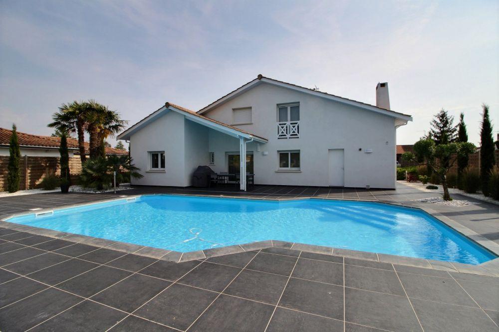 maison contemporaine avec piscine a vendre proche bordeaux. Black Bedroom Furniture Sets. Home Design Ideas
