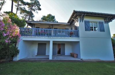 Villa avec grand jardin et terrasse vue panoramique forêt au calme