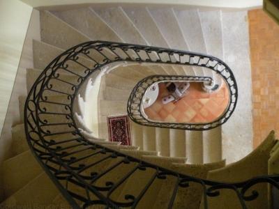 escalier en fer forgé pour cette propriété entièrement rénovée près de Bordeaux
