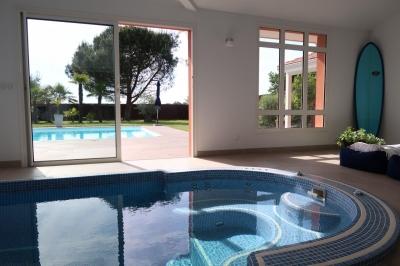 Spa de nage intérieur pour cette maison avec piscine près de langon à toulenne, 45 minutes de bordeaux