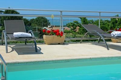 villa piscine chauffée avec vue sur le bassin