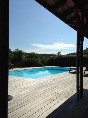 villa avec terrasse en bois et avec vue